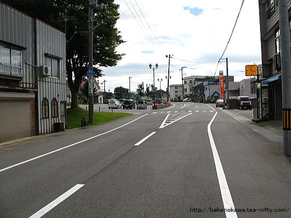 米坂線と並走する駅前通り