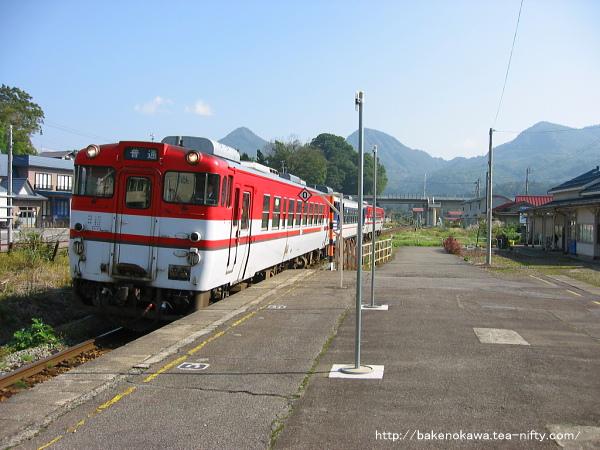 鹿瀬駅に到着するキハ40系気動車