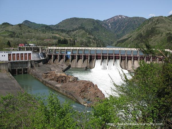 放水中の鹿瀬ダムその1