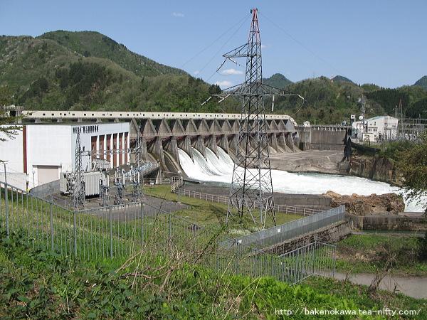 放水中の鹿瀬ダムその3
