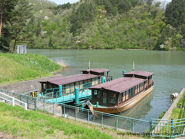 係留中の奥阿賀遊覧船