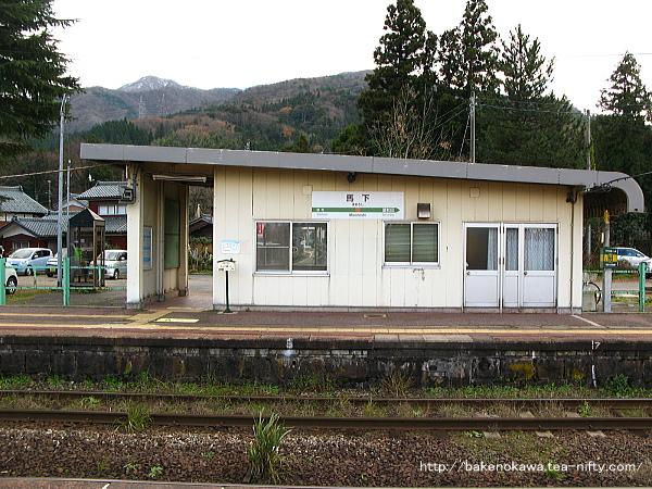 島式ホーム上から見た駅舎