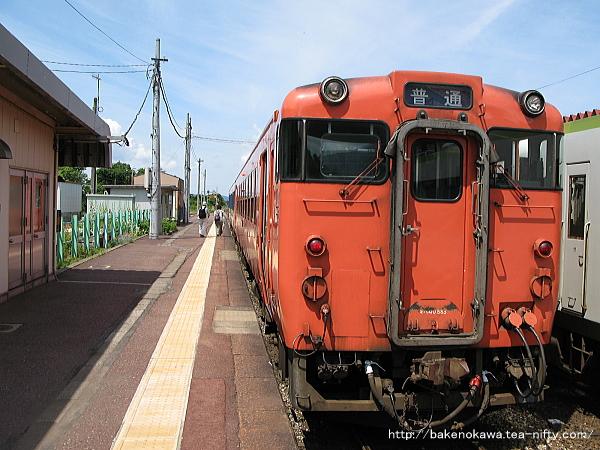 馬下駅に到着したキハ40系気動車