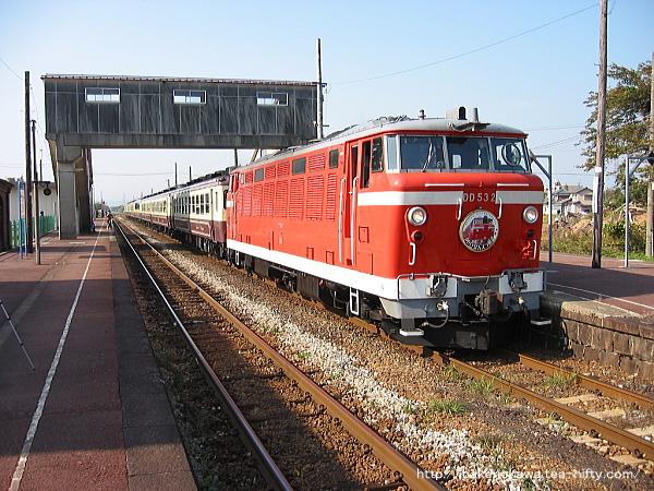 馬下駅を通過するDD53形ディーゼル機関車牽引の「DD53ばんえつ物語号」その1