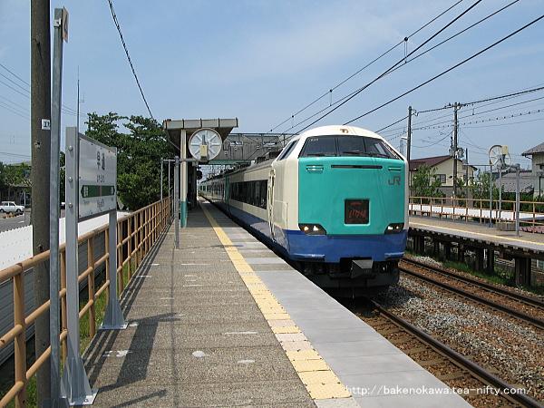早通駅を通過する485系電車特急「いなほ」