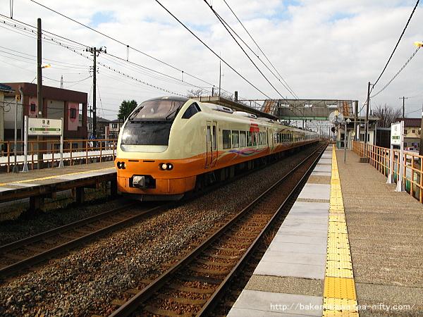 早通駅を通過するE653系電車の特急「いなほ」