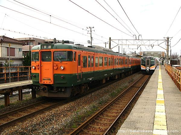 早通駅で行き違う115系電車とE129系電車
