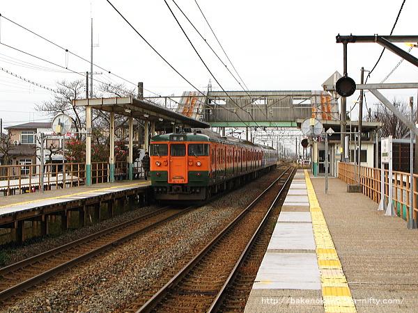 列車交換を終えて出発する115系電車