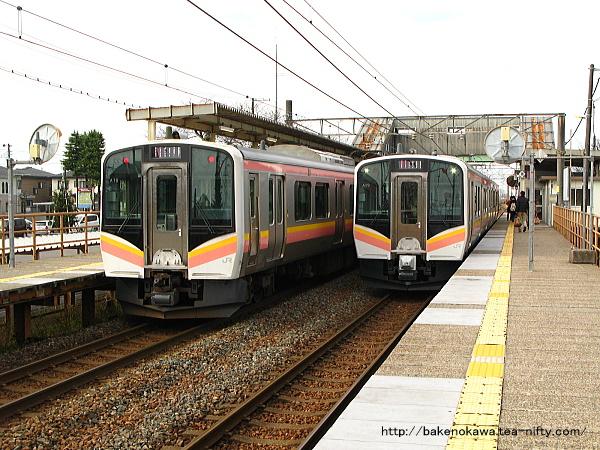 早通駅で上下のE129系電車が行き交う