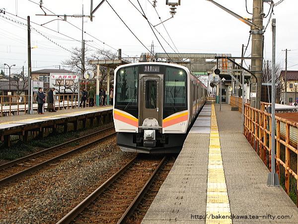 早通駅を出発するE129系電車