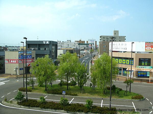 橋上駅舎の自由通路から見た西口駅前
