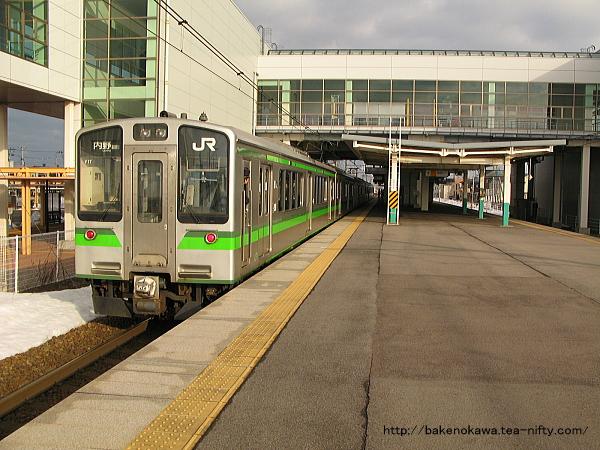 亀田駅に到着したE127系電車