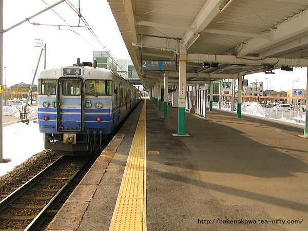 亀田駅から出発する115系電車