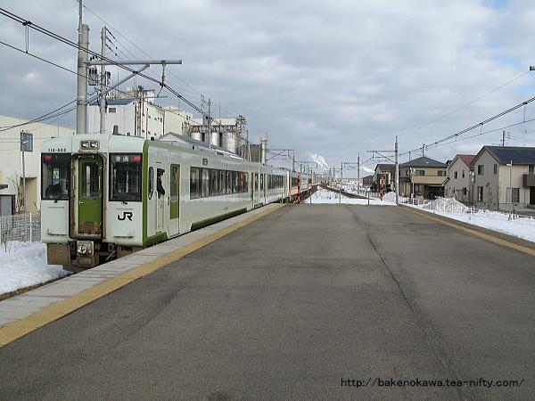 亀田駅を出発したキハ110系+キハE120