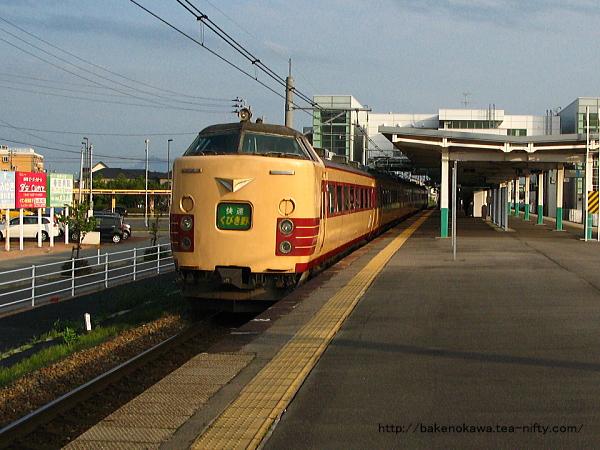 亀田駅を通過する485系電車快速「くびき野」