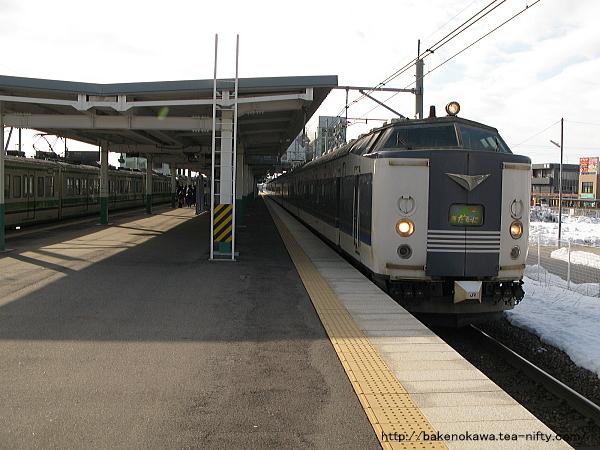 亀田駅に停車中の583系電車急行「きたぐに」