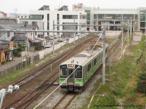 亀田駅を出発して加速するE127系電車