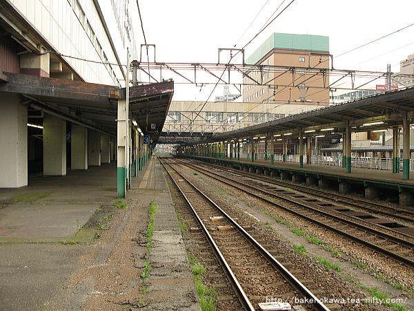 長岡駅の島式ホーム(2-3番線)その1