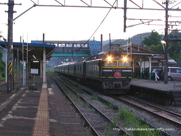 塚山駅を通過する寝台特急「トワイライトエクスプレス」
