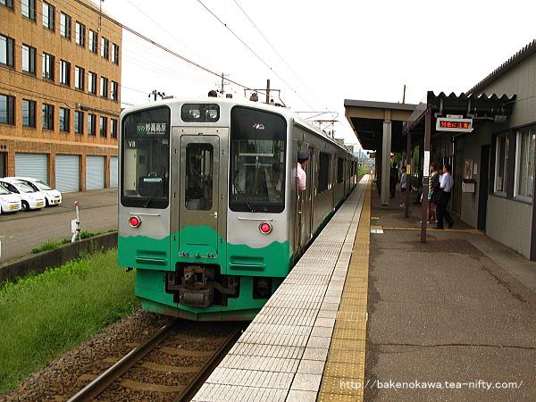 春日山駅に到着したET127系電車