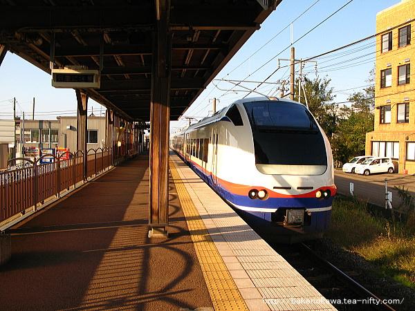 春日山駅に停車中のE653系電車特急「しらゆき」
