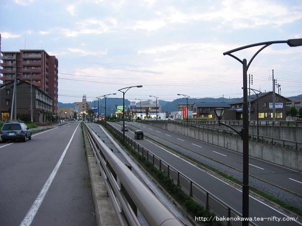 線路とアンダークロスする道路