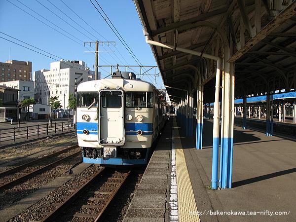 直江津駅で待機中の413系電車