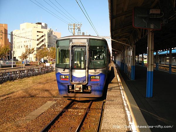 直江津駅に到着した単行のET122形気動車
