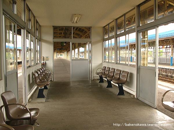 3-4番島式ホームの待合室