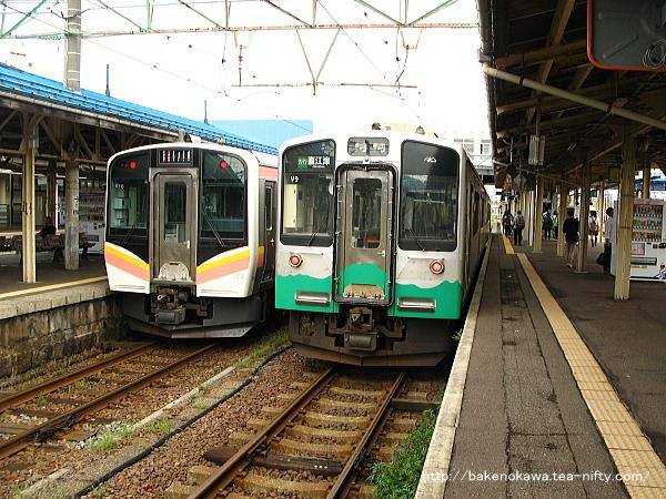 直江津駅に停車中のJR東日本E129系電車とET127系電車