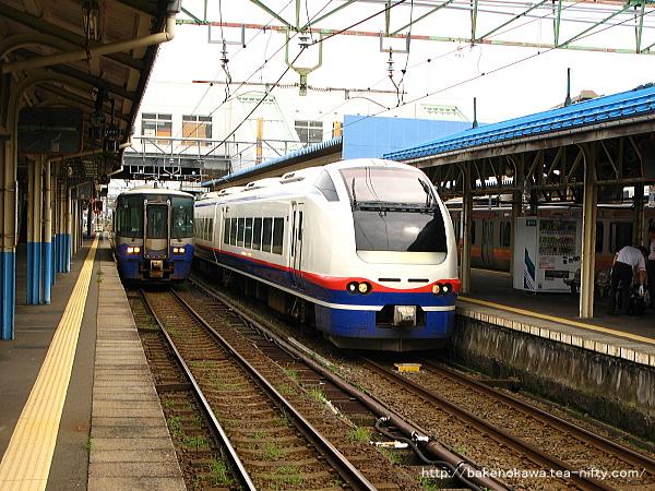 直江津駅に停車中のET122形気動車とE653系電車の特急「はくたか」