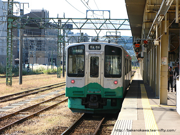 直江津駅を出発したET127系電車
