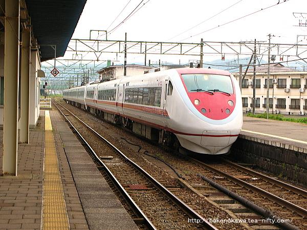 直江津駅に進入する特急「はくたか」
