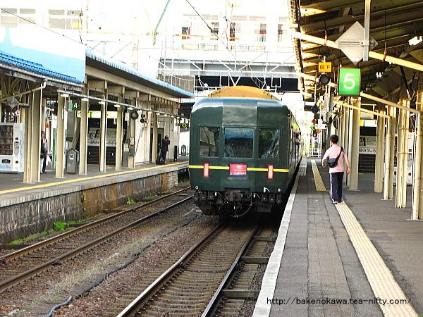 直江津駅を出発する「トワイライトエクスプレス」