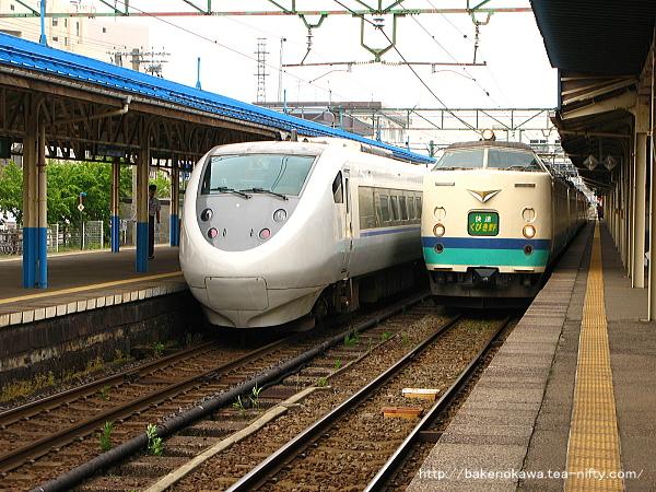 直江津駅に停車中の特急「はくたか」と快速「くびき野」