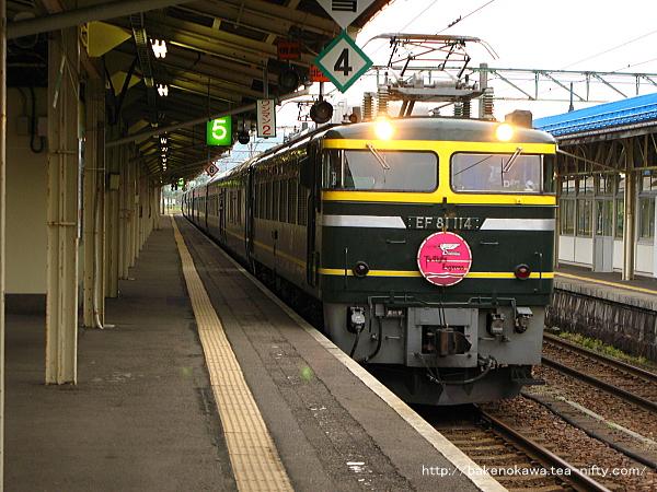 寝台特急「トワイライトエクスプレス」が直江津駅に進入その2