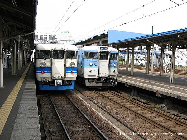 直江津駅に停車中の475系電車と115系電車