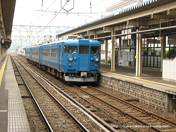 直江津駅に到着する475系電車