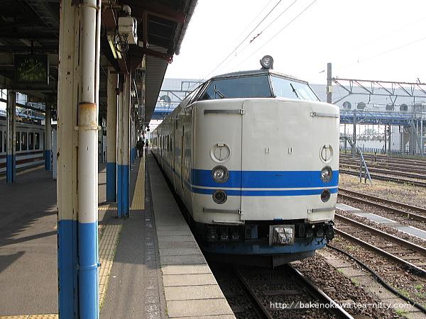 直江津駅で待機中の419系電車その1