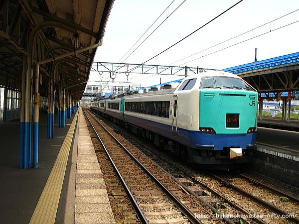直江津駅に停車中の485系電車特急「北越」