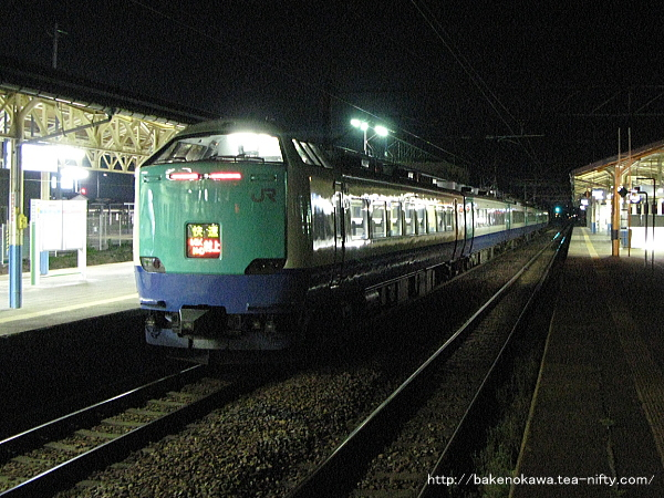 新発田駅に停車中の485系電車快速「らくらくトレイン村上」