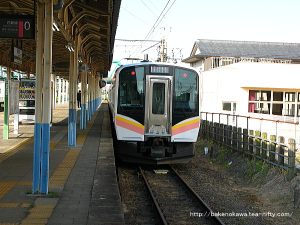 0番線で折り返し待機中のE129系電車