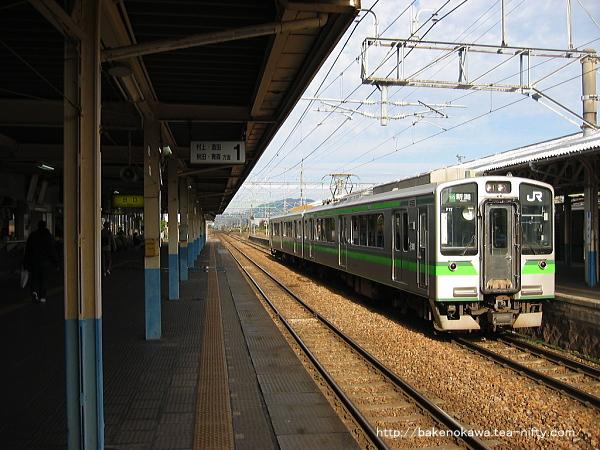 E127系電車新潟行が新発田駅を出発