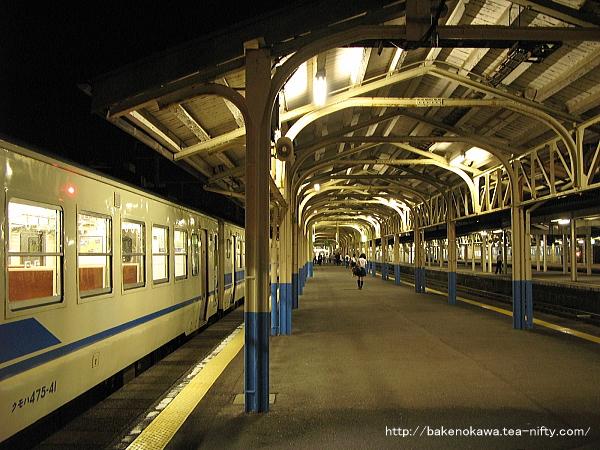 夜の1番ホームと、停車中の475系電車