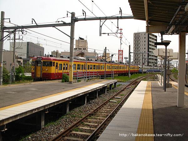白山駅で列車交換を終えて出発する115系電車