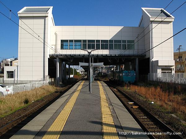 関屋駅の島式ホームその1