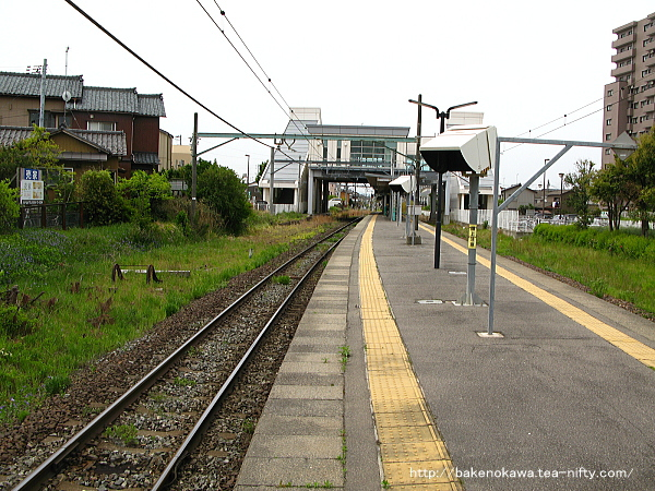 関屋駅の島式ホームその4