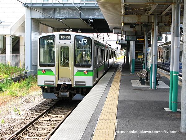 E127系電車が関屋駅から出発