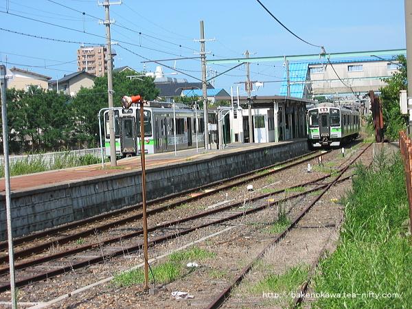 旧駅舎時代の関屋駅で列車交換するE127系電車