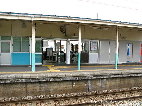 2番ホーム上から見た駅舎